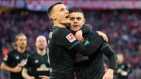 Werders Maximilian Eggestein (l) jubelt mit Milot Rashica über einen Treffer.