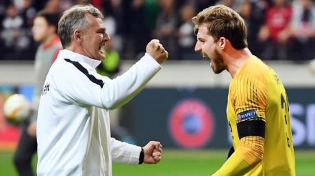 Frankfurts Keeper Kevin Trapp (r) und Torwarttrainer Manfred «Moppes» Petz.