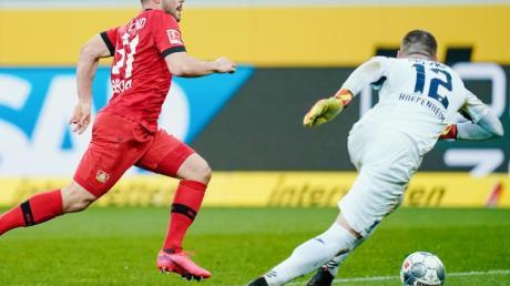 Hoffenheims Keeper Philipp Pentke (r) kommt vor Leverkusens Kevin Volland an den Ball.