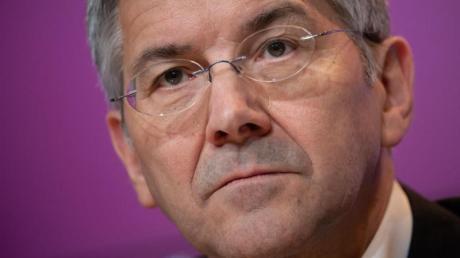 Kann sich eine Weiterbeschäftigung von Hansi Flick als Chefcoach vorstellen: Herbert Hainer, Präsident des FC Bayern München.