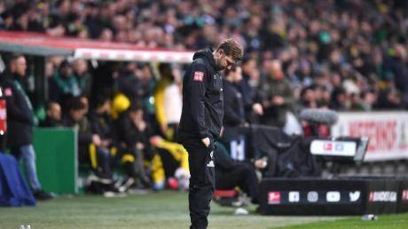 Lässt nach der Niederlage gegen Borussia Dortmund den Kopf hängen: Werder Bremens Trainer Florian Kohfeldt.