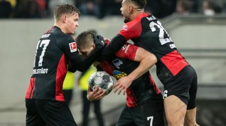 Berlins Krzysztof Piatek (M) jubelt mit Maximilian Mittelstädt (l) und Matheus Cunha über seine Treffer zum 3:3.