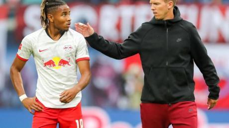 Begrüßen sich auf Bayrisch: Leipzig-Coach Julian Nagelsmann (r) und Christopher Nkunku.