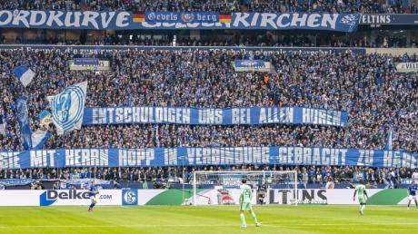 Die Schalke-Fans sorgen auch im Spiel gegen Hoffenheim mit ihren Plakaten für Aufsehen.