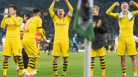 In Gladbach gewonnen: Dortmunds Mats Hummels (l-r), Jadon Sancho, Lukasz Piszczek, Julian Brandt und Erling Haaland.
