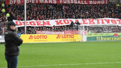 Freiburger Fans halten Banner mit der Aufschrift «DFB - Dietmars Fussball Bund gegen Kollektivstrafen» in die Höhe.