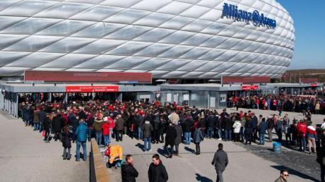 Der FC Bayern München hat einen Fan mit einem Hausverbot für alle Trainings- und Spielstätten belegt.