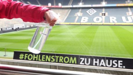Mit der Entscheidung, ob und wie das Derby Gladbach gegen Köln ausgetragen werden kann, ist erst am Dienstag zu rechnen.