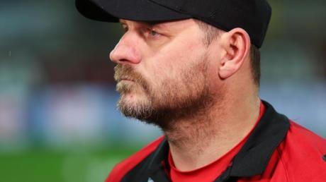 Paderborns Trainer Steffen Baumgart steht vor einem Spiel an der Seitenlinie.