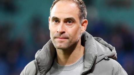 Oliver Mintzlaff, Geschäftsführer RB Leipzig, geht vor einem Spiel durchs Stadion.