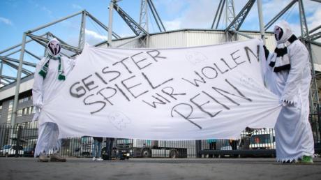 Vor verschlossenen Toren:Zwei als Geist verkleidete Gladbach-Fans vor dem Stadion.