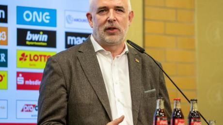Dirk Zingler, Präsident des 1. FC Union Berlin, spricht vor dem Heimspiel seiner Mannschaft zu Journalisten.