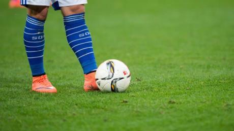 Wenn Bundesligisten ihren Trainingsbetrieb vorerst eingestellt haben, steht den Profis trotzdem das volle Grundgehalt zu.