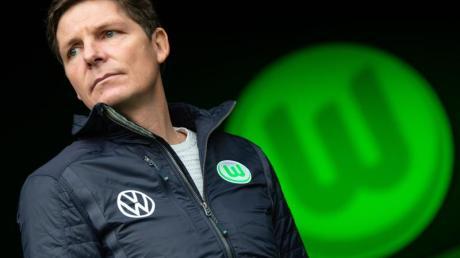 Wolfsburgs Coach Oliver Glasner trainiert mit seinen Spielern weiter.