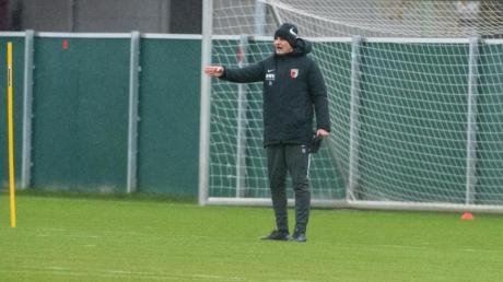 Der FC Augsburg hat wieder das Training aufgenommen: Heiko Herrlich gestikuliert auf dem Trainingsgelände.