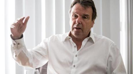 Heribert Bruchhagen plädiert für Gehaltsverzicht auch in anderen Branchen.