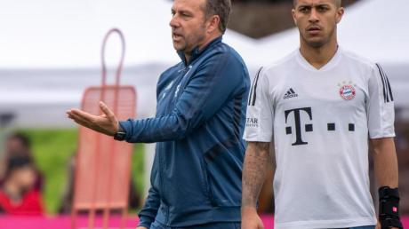 Nimmt mit dem FCBayern das Training auf dem Platz wieder auf: FCB-Coach Hansi Flick.
