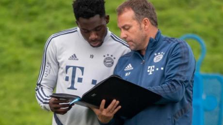 Unter Cheftrainer Hansi Flick (r) ist Alphonso Davies beim deutschen Rekordmeister zur Stammkraft aufgestiegen.