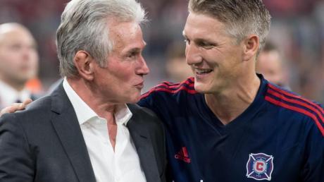 Lobt seinen ehemaligen Trainer Jupp Heynckes (l) als Persönlichkeit: Bastian Schweinsteiger.