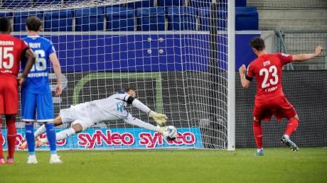 Kölns Mark Uth (r) scheiterte mit einem Elfmeter an Hoffenheims Keeper Oliver Baumann.