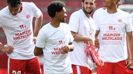 Die Mainzer Spieler feiern den Klassenverbleib mit einem ganz besonderen T-Shirt.