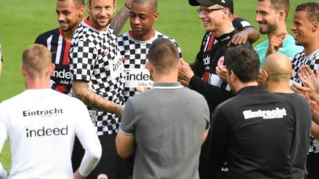 Die scheidenden Eintracht-Profis Marco Russ (3.v.l.) und Gelson Fernandes (4.v.l.) verabschieden sich nach dem Spiel von Mitspielern, Trainern und Betreuern.