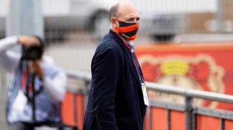 Fernando Carro, Geschäftsführer der deutschen Bayer 04 Leverkusen Fußball GmbH, hält sich an die Hygieneregeln.
