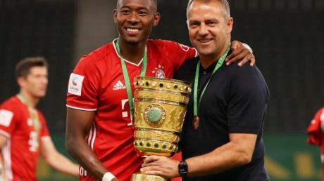 Doublesieger: David Alaba (l) und Bayern-Coach Hansi Flick.
