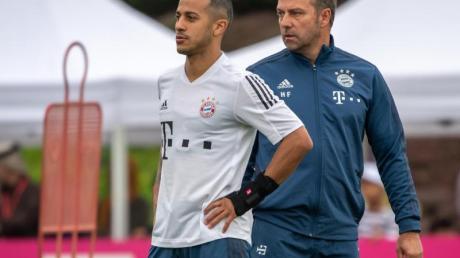 Kann Bayern-Coach Hansi Flick (r) weiter auf die Dienste von Thiago setzen?.