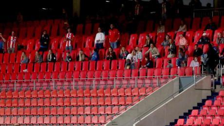 Eine Gruppe Zuschauer sitzt kurzfristig in Heidenheim auf der Tribüne.