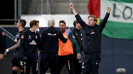 Bremens Trainer Florian Kohfeldt (rechts) jubelt über den zweiten Treffer gegen den FC Heidenheim.