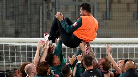 Nicht auf dem Platz, dafür in der Luft: Claudio Pizarro vonWerder Bremen wird nach Spielende von seinen Teamkollegen in die Luft geworfen. Die Stimmen zur Relegation.