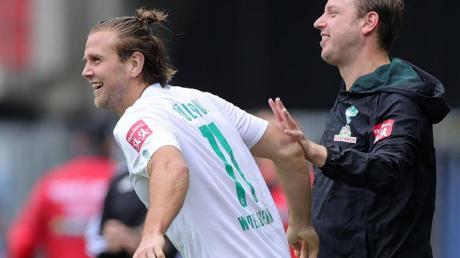 Freut sich, dass Trainer Florian Kohfeldt (r) bei Werder Bremen bleibt: Niclas Füllkrug (l).