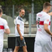 Der VfB Stuttgart ist mit Coach Pellegrino Matarazzo (M) wieder ins Training eingestiegen. Alle Spiele des VfB in der Bundesliga 2020/21 sehen Sie im Stream oder Pay-TV. Wir verraten Ihnen, ob auf Sky, DAZN oder ARD/ZDF.