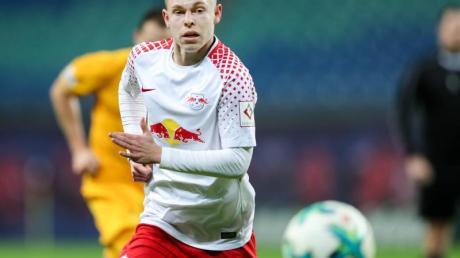 Rechtsverteidiger Kilian Ludewig am Ball.