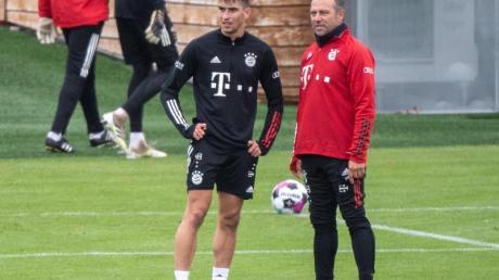 Der spanische U21-Europameister Marc Roca im Gespräch mit Bayern-Trainer Hansi Flick.