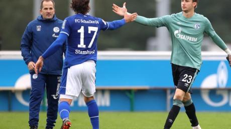 Manuel Baum (l) beordert bei seinem Heimdebüt Frederik Rönnow (r) ins Schalke-Tor.