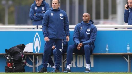 Cheftrainer und sein Co. auf der Schalker Bank: Manuel Baum (l) und Naldo.