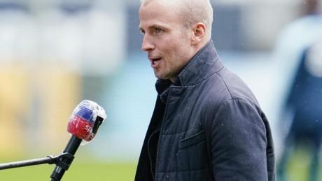 Hoffenheims Trainer Sebastian Hoeneß steht im Stadion.