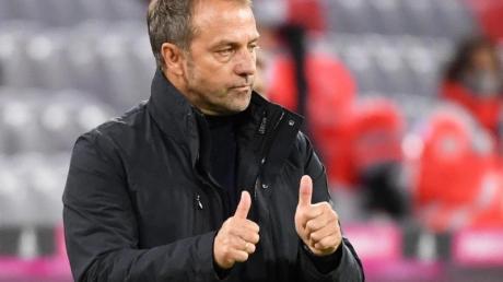 Münchens Trainer Hansi Flick zeigt beide Daumen nach oben.
