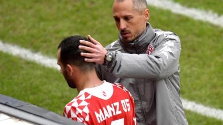 Der Mainzer Trainer Jan-Moritz Lichte tröstet seinen Spieler Levin Öztunali.