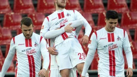 Kölns Spieler feiern das Tor zum 1:0 von Jan Thielmann (M/29).