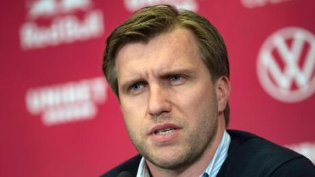 Markus Krösche, Sportdirektor von RB Leipzig, während einer Pressekonferenz.