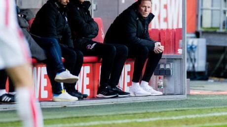 Steht beim 1. FC Köln unter Erfolgsdruck: Trainer Markus Gisdol (r).