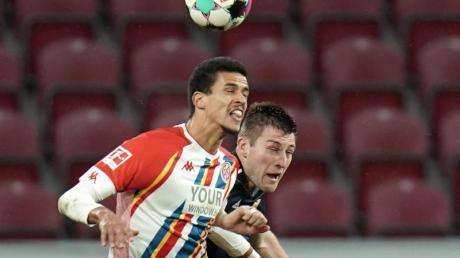 Erfüllt sich beim FSV Mainz 05 seinen Kindheitstraum Bundesliga: Robert Glatzel (l) im Kampf um den Ball.