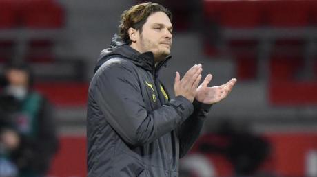 Erwartet von den Führunssspielern mehr Einsatz: Dortmunds Trainer Edin Terzic feuert seine Mannschaft an.