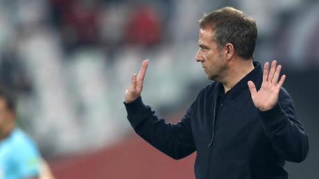 Die Statistik spricht für den Cheftrainer von Bayern München: Hansi Flick reagiert am Spielfeldrand.