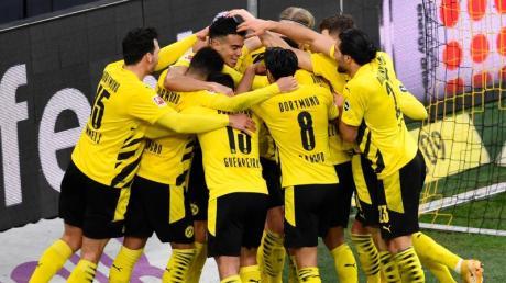 Die BVB-Spieler feiern den 3:0-Erfolg gegen Arminia Bielefeld.