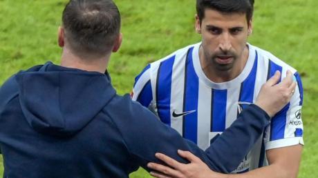 Muss wegen einer Muskelverletzung an der linken Wade pausieren: Sami Khedira (r).