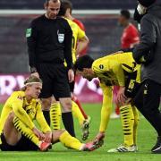 BVB-Stürmer Erling Haaland sitzt verletzt auf dem Platz.